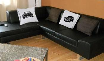 Car Art Kissen auf couch